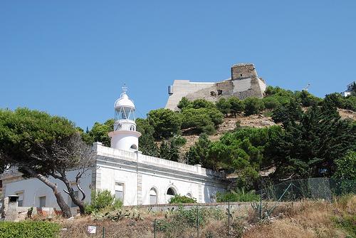El Castillo de la Trinitat se encuentra sobre la montaña de Puig Rom, sobre el Faro de Roses