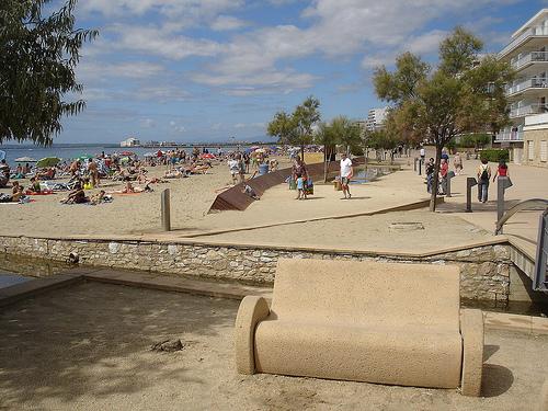 La Playa del Salatar, en Roses, Girona, Costa Brava, es una playa urbanizada con muchos servicios