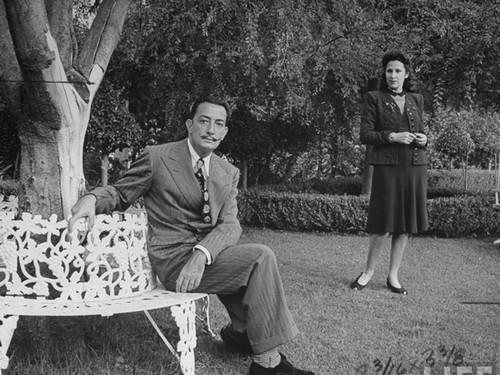 Dalí y Gala posan en el jardín del Castillo de Púbol