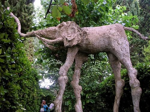 Estatua del elefante, en el jardín del Castillo de Púbol