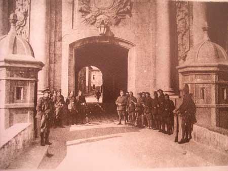 Foto de época, 1933, de la puerta principal del Castillo de Sant Ferran, Figueres