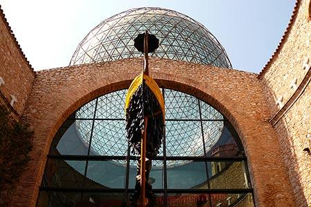 Cúpula reticulada transparente, que se puede ver desde varios kilómetros a la redonda de Figueres