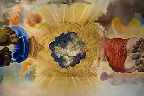 Impresionante pintura bajo el techo del museo, que representa a Gala y Dalí