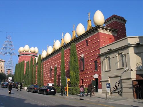 Fachada roja del Teatro-Museo Dalí, en Figueres, con sus característicos huevos en el tejado