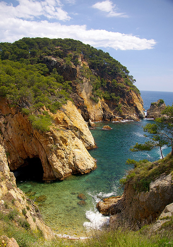 A escasos metros de Es Castell, una vez pasado el yacimiento arqueológico, se encuentra la cala de Sa Foradada