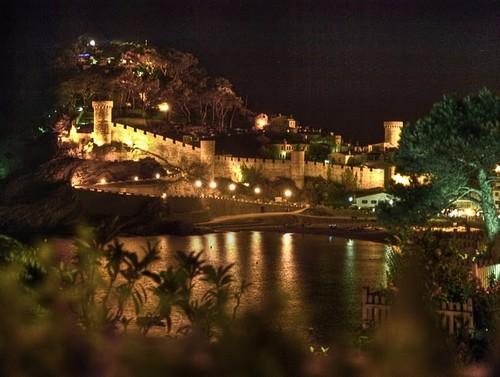 Vista nocturna del recinto amurallado de la Vila Vella de Tossa de Mar