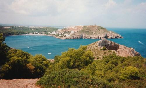 Imagen de la Cala Montgó, tomada desde el sur. Se distingue la torre Montgó en lo alto de la montaña.
