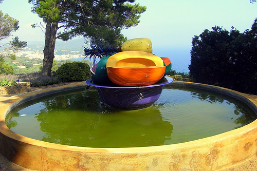 El Jardín Botánico de Cap Roig contiene también una curiosa colección de esculturas al aire libre como esta, denominada Platón