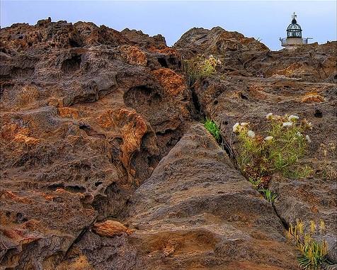 Faro del Cabo de Creus, anclado en medio del paisaje rocoso