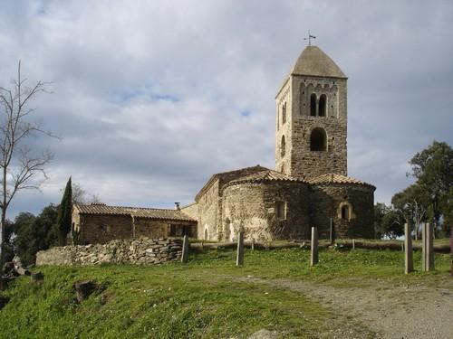 La Ermita de Santa Coloma de Fitor, en Forallac, en medio de las montañas de las Gavarras