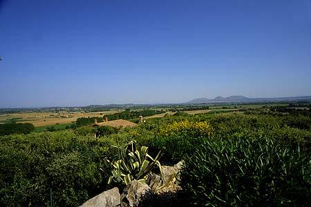 Desde la Torre de les Hores se obtiene una gran visión de la planicie del Ampurdán, con las montañas del Montgrí al fondo