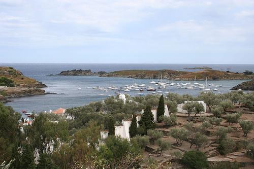 Vista general de la bahía de Portlligat y de la Casa-Museo Dalí, en el Cabo de Creus, Girona