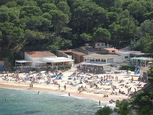 La playa de Aiguablava suele ser bastante concurrida en verano, al gozar de excelentes servicios, como parking