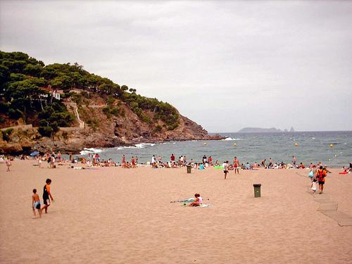 La Cala de Sa Riera es amplia, de arena fina y dorada, y muy familiar, con buenos servicios