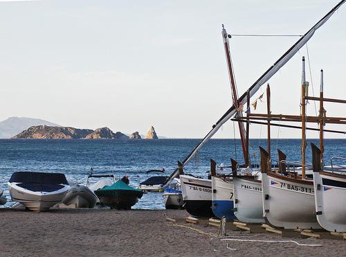 La Cala de Sa Riera, en Begur. Al fondo, el impresionante perfil de las Islas Medas