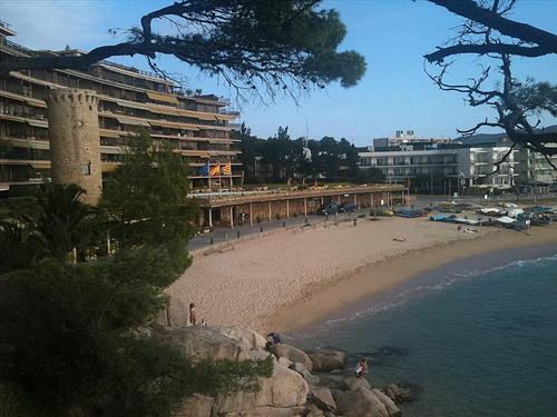 La Torre Valentina se encuentra ubicada en un inmueble y la playa del mismo nombre