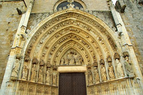 La fachada central representa la Adoración de los Reyes Magos