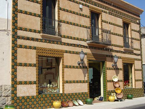 La cerámica ampurdanesa es bien conocida por su estilo decorativo