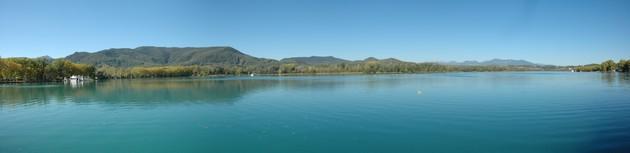 Panorámica del las tranquilias aguas del Lago de Banyoles