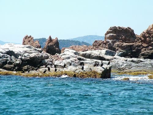 Espectaculares formaciones rocosas sobre las Islas Formigues