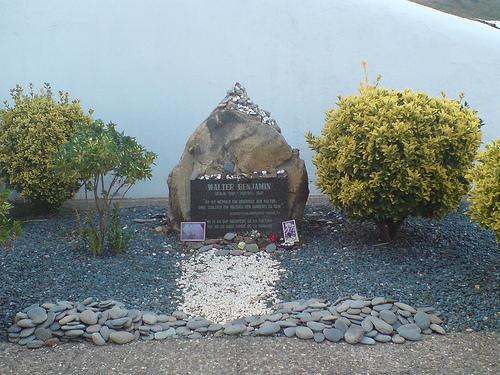 Tumba memorial de Walter Benjamin, en el cementerio de Portbou