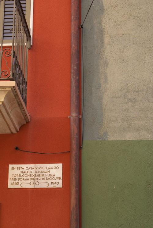 El pueblo de Portbou recuerda mediante una placa el lugar donde falleció Benjamin, el antiguo Hostal Francia