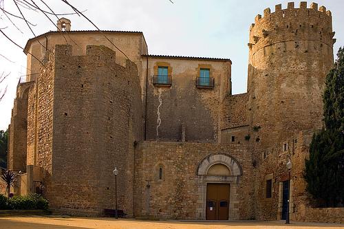Vista de las torres del conjunto arquitectónico de Porta Ferrada, en Sant Feliu de Guíxols