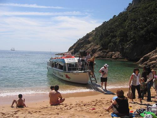 Barco turístico con vista del fondo submarino, en Cala Giverola