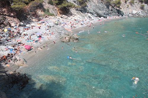 Las aguas de Playa Fonda son azules y transparentes, y de gran riqueza animal marina, sobre todo de medio arenoso