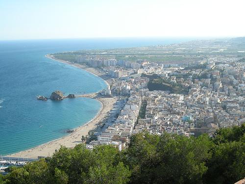 Vistas de Blanes desde la Torre de Sant Joan, con la punta de Sa Palomera en la playa