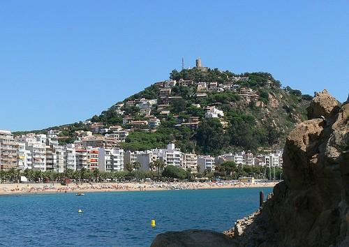 El Castillo de Sant Joan, en la montaña, dominando Blanes