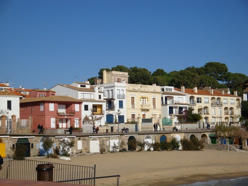 La villa roja, a la izquierda, es la perteneciente al escritor ampurdanés Josep Pla