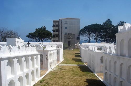 Los nichos del Cementerio de l'Escala son de un blanco reluciente bajo la luz del sol