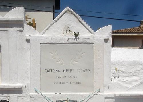 Nicho correspondiente a la escritora universal catalana de l'Escala, Caterina Albert (Victor Català))