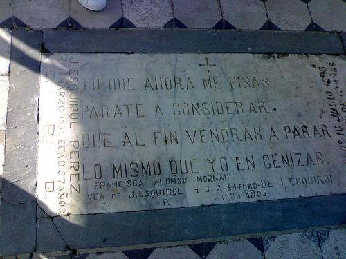 Lápida de la tumba del fotógrafo Josep Esquirol, en el cementerio de l'Escala