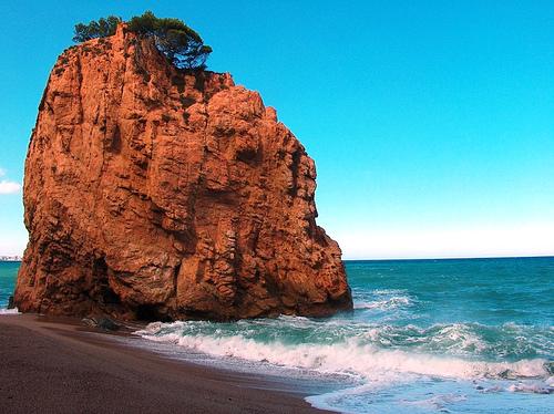 Esta impresionante mole de roca domina el centro de la Cala de la Illa Roja, en Begur, Costa Brava