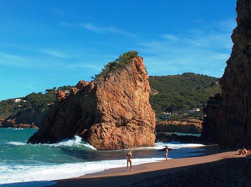La Playa de la Illa Roja es muy tranquila y permite la practica del nudismo