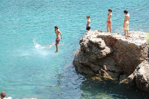 Salto de agua en la cala de Tamariu