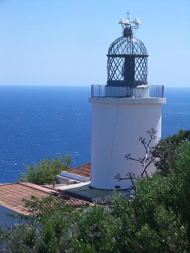 Faro de Sant Sebastià, junto a la playa de Llafranc, en Calella de Palafrugell