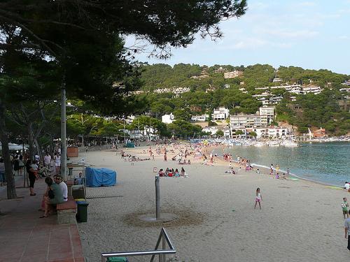 La playa de Llafranc posee excelentes servicios para los bañistas