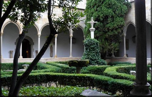 Claustro ajardinado del Castillo de Peralada, Girona, Costa Brava