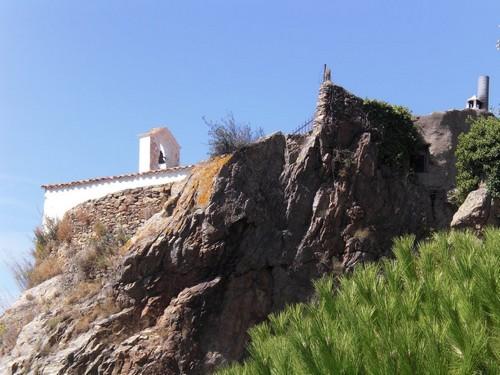 La iglesia de Sant Onofre se alza sobre un promontorio rocoso