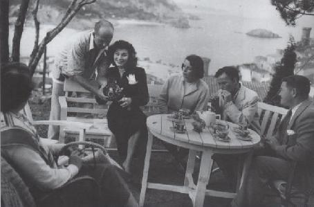 Ava Gardner junto con Frank Sinatra y amigos en Tossa de Mar, durante los años 50