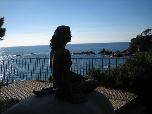 Estatua de Ava Gardner junto a Cala Canyet, en la urbanización Rosamar, en Tossa de Mar