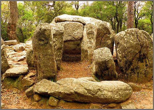 Las excavaciones arqueológicos practicadas en el interior del monumento han revelado importantes restos
