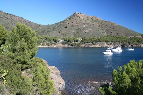 A un lado de la Cala Montjoi se encuentra la imponente montaña Morisca