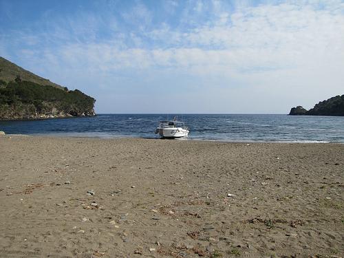 La cala de Montjoi es una playa amplia, ideal para la familia