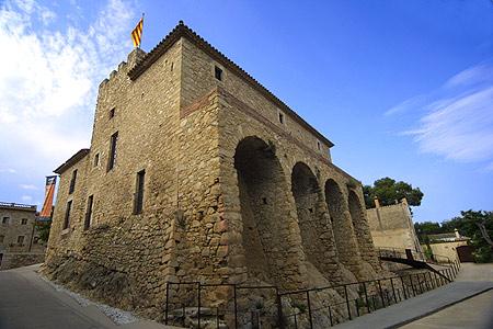 El Castell de Benedormiens, imponente, se encuentra en el centro de Castell d'Aro