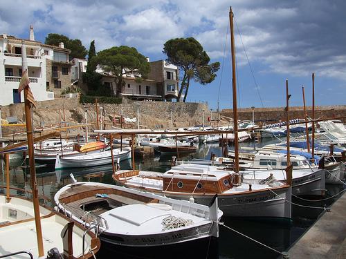 Embarcaciones sobre el puerto de Fornells