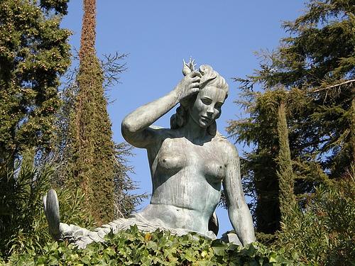 Una de la sietes célebres estatuas de bronce de María Llimona, en el Jardin de Santa Clotilde